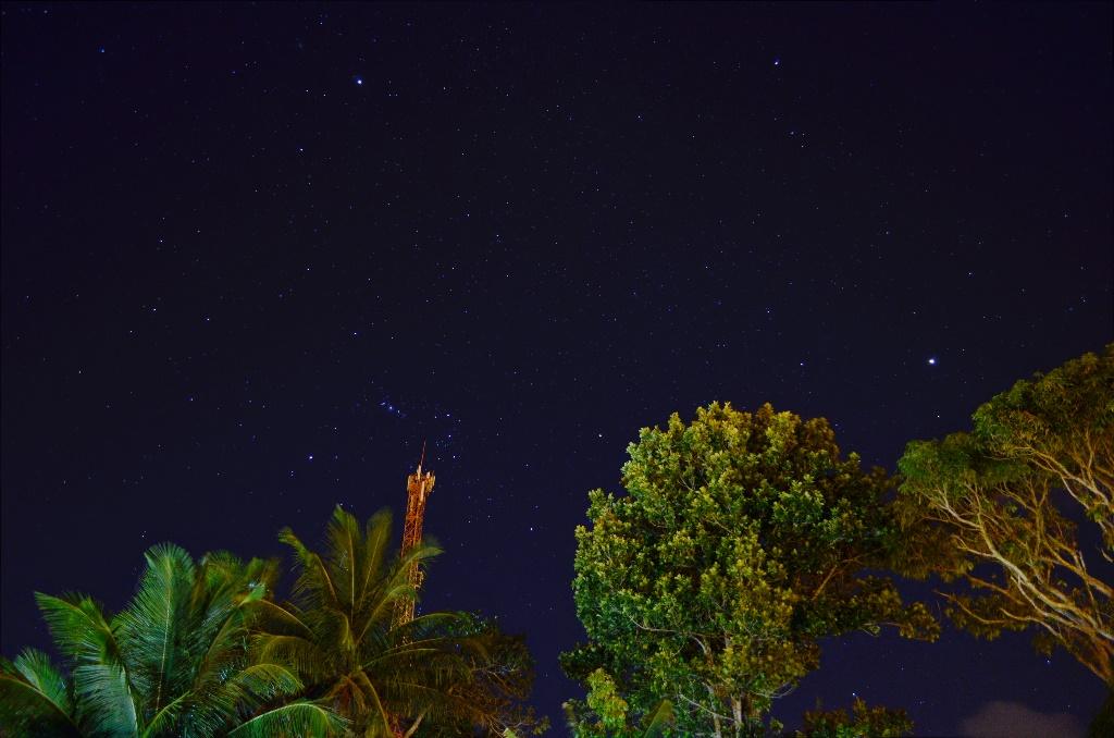 Orion e M42 nebula (em cima da torre), Jupiter (o mais brilhante, centro-direita).