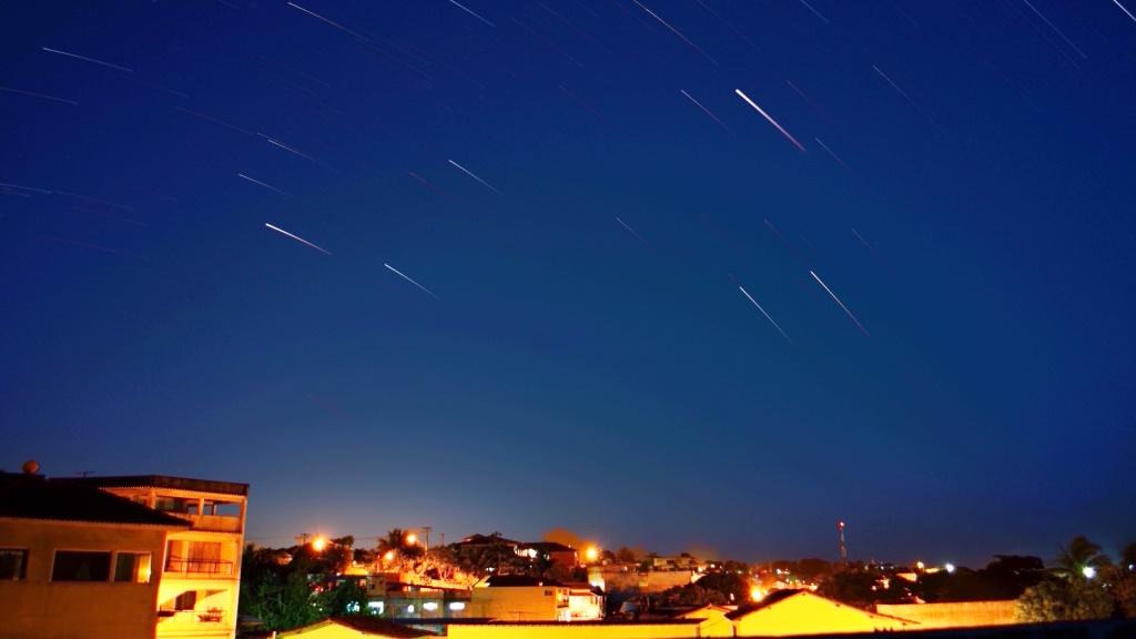 """""""Stars-Trail"""", Gemini (Gêmeos), Jupiter (o traço mais brilhante), Capella (Alpha Auriga, traço brilhante mais a esquerda)"""