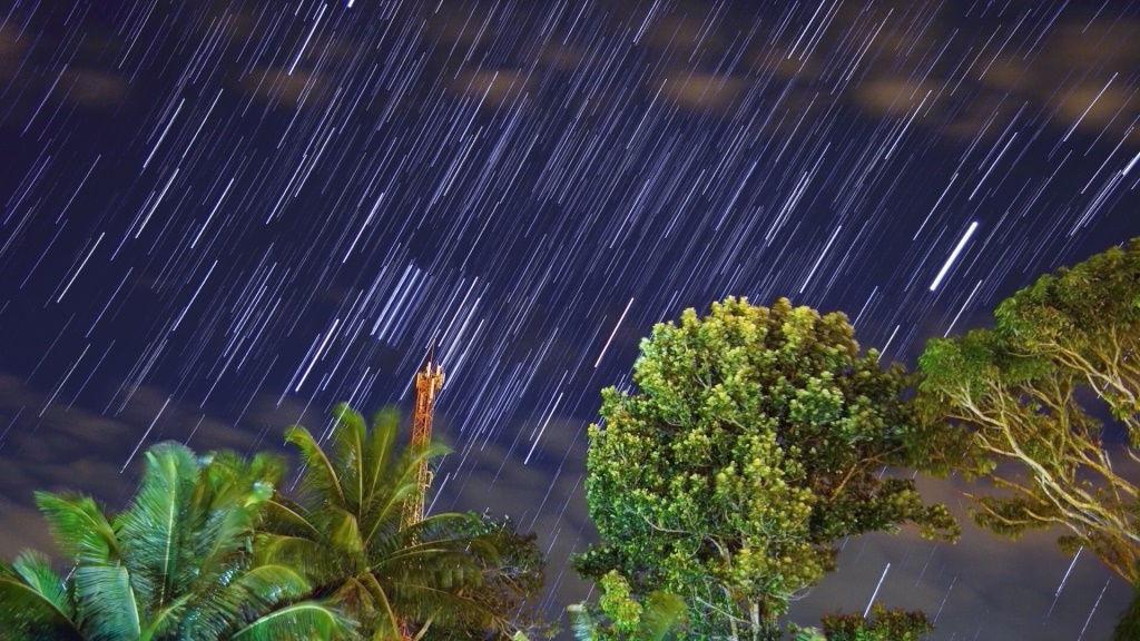 """""""Stars-trail"""", Orion (em cima da torre), Jupiter (traço mais brilhante da foto, centro-direita)"""