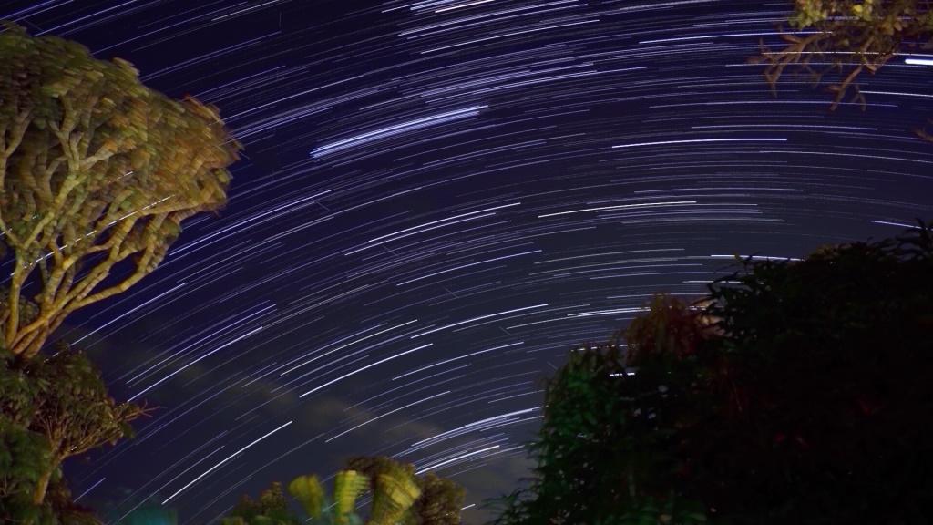 """""""Stars-Trail"""", Pleiades, Satélite (tracejado, diagonal superior-direita/inferior-esquerda, polo norte celeste está 20º """"embaixo da terra"""")"""