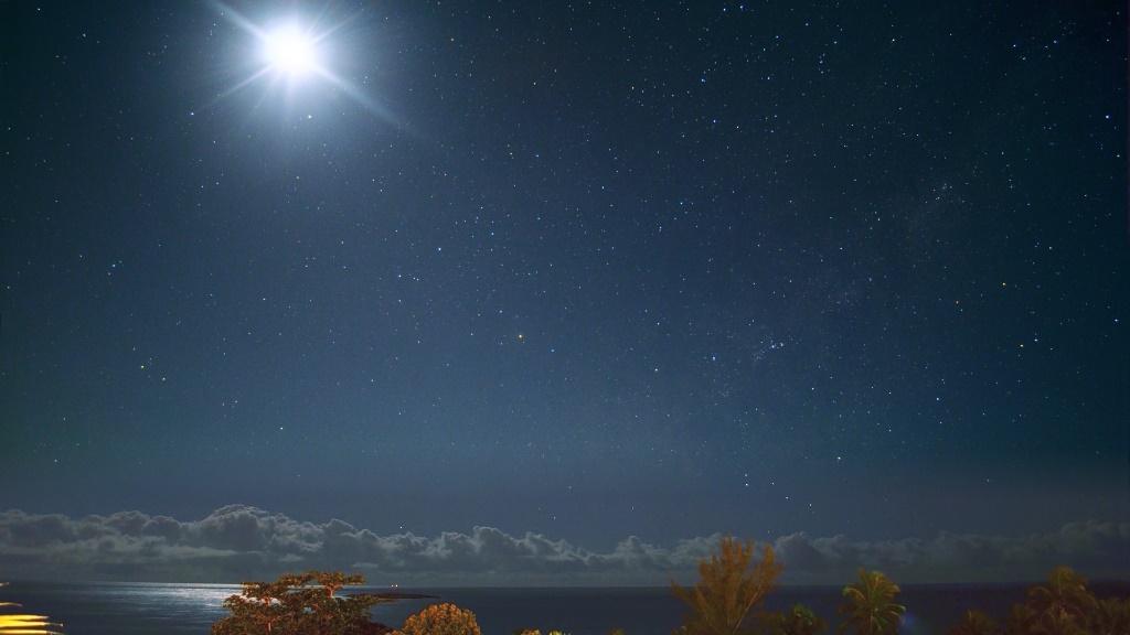 Lua, Parte brilhante da Via-Lactea (direita),  Scorpius (a grande constelação do Escorpião  dominando a imagem com Alpha Sco, a gigante vermelha Antares no centro da imagem)