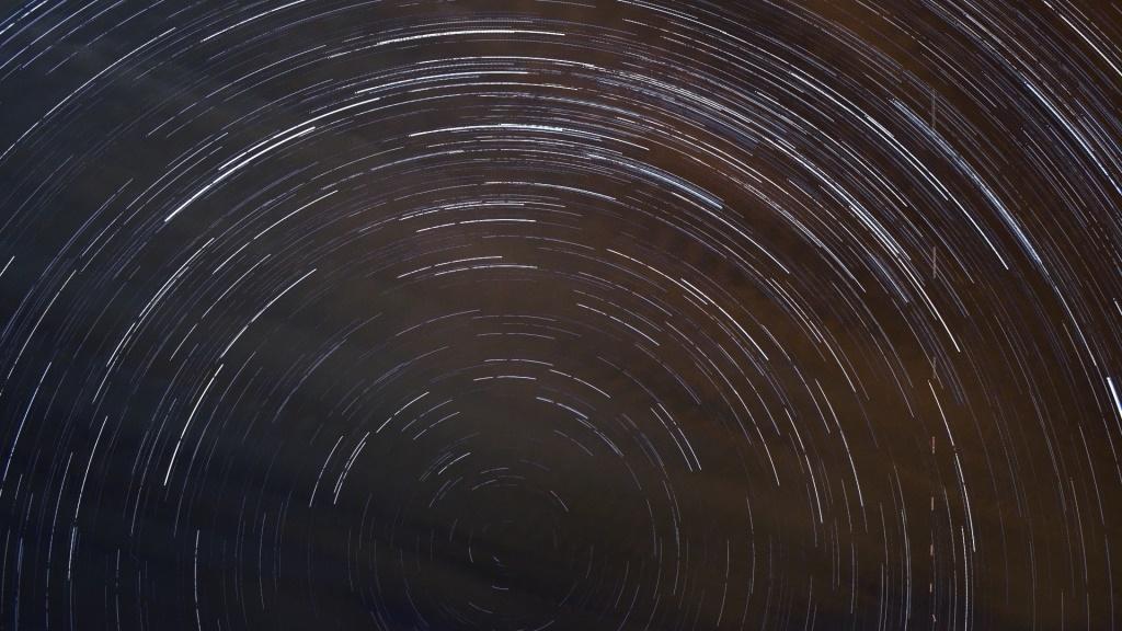 """Stars-Trail"", Polo sul celeste, avião (tracejado, direita)"
