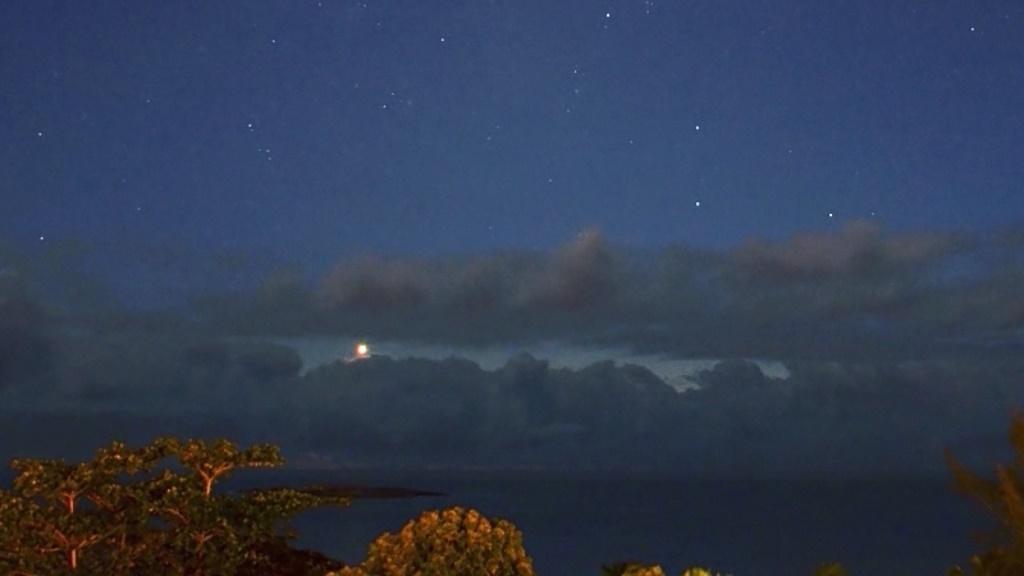 Estrela D'Alva (Vênus em crescente, note o intenso brilho clareando a borda da nuvem), Alvorada