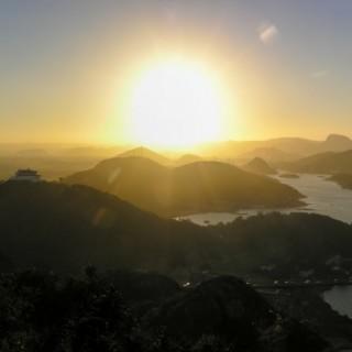 O pôr do sol e a baía de Vitória